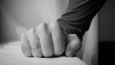 In Gewaltbeziehungen besteht ein Machtgefälle. Nämlich insofern, dass alle Macht in seinen Händen liegt.
