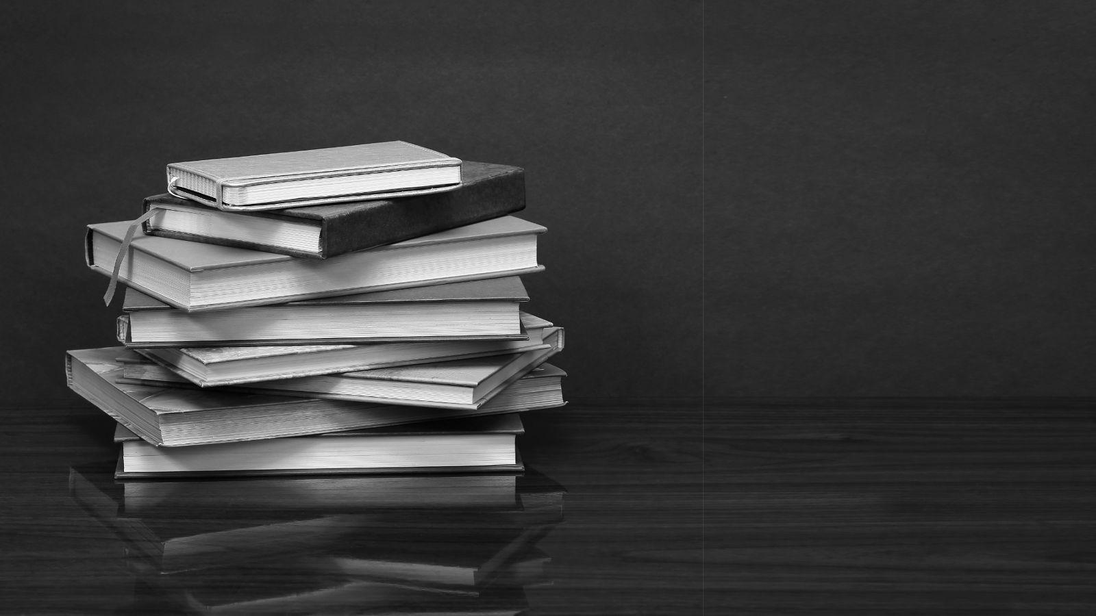 Büchersammlung zum Thema Beziehungsgewalt